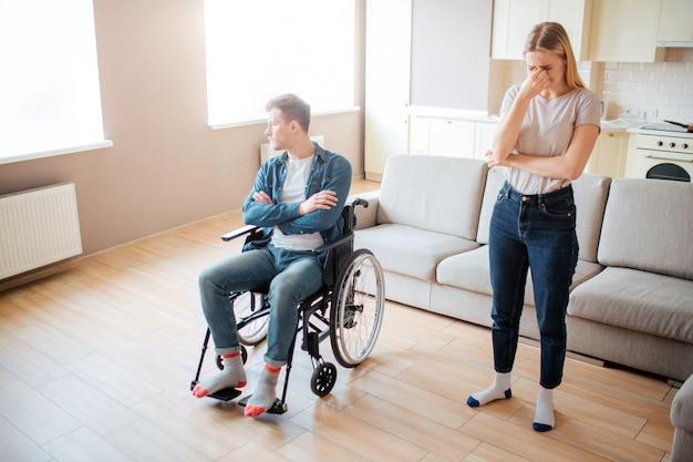 Giovane turbato con disabilità sulla sedia a rotelle