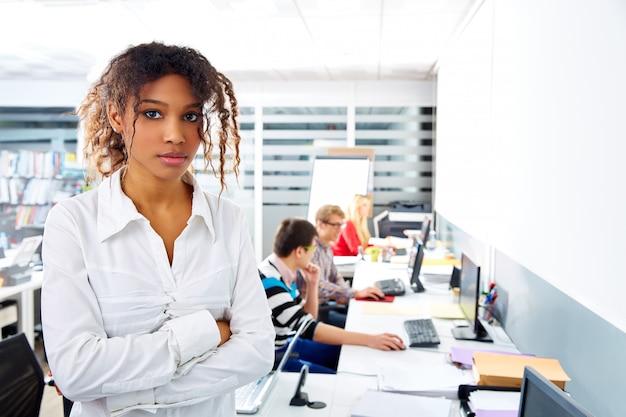 Giovane ufficio della donna di affari africana con il computer