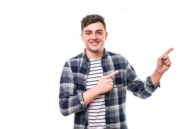 Giovane uomo adulto con capelli neri che posano sulla parete bianca