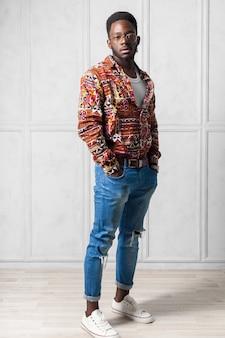 Giovane uomo africano bello