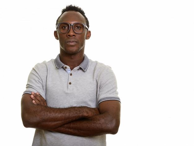 Giovane uomo africano nero con le braccia incrociate