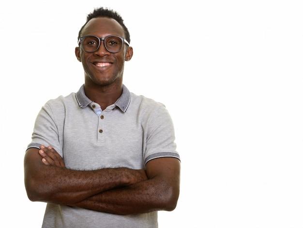 Giovane uomo africano nero felice che sorride con le braccia attraversate