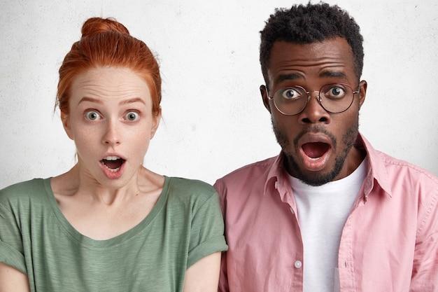 Giovane uomo afro-americano e donna dai capelli rossi