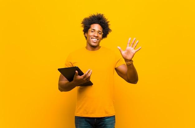 Giovane uomo afroamericano con un tablet