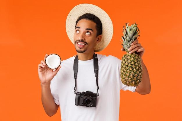 Giovane uomo afroamericano del ritratto in maglietta bianca che mostra gesto.