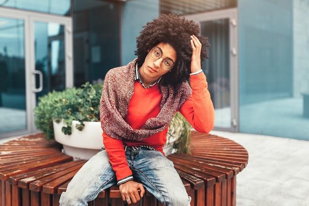 Giovane uomo afroamericano nero riccio
