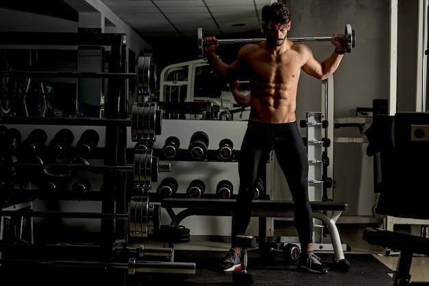 Giovane uomo allenamento in palestra