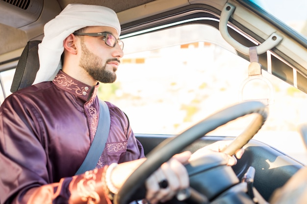 Giovane uomo arabo alla guida