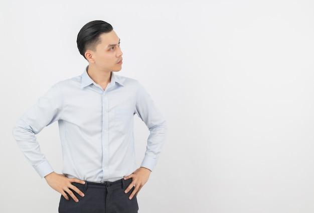 Giovane uomo asiatico bello di affari che pensa un'idea mentre osservando in su
