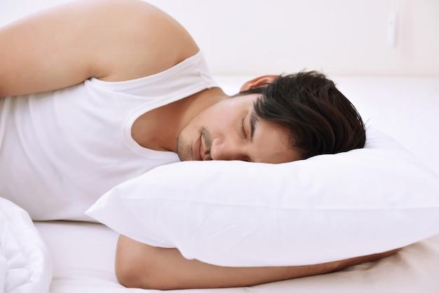 Giovane uomo asiatico che dorme confortevolmente