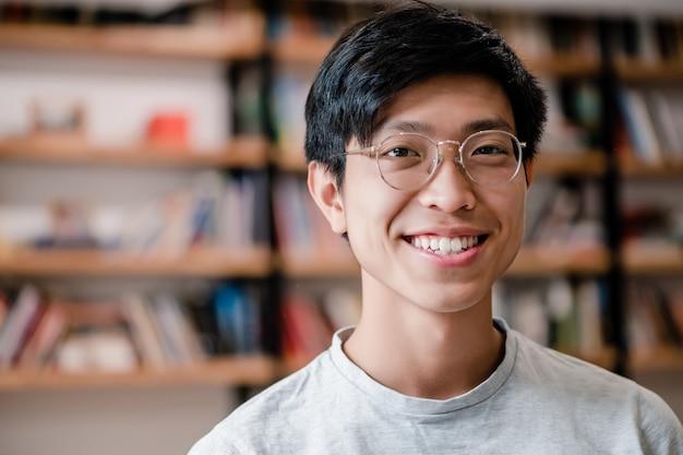 Giovane uomo asiatico sorridente nell'ufficio