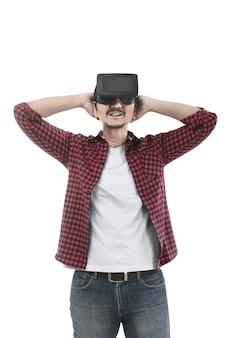 Giovane uomo asiatico vivendo la realtà virtuale attraverso un auricolare vr