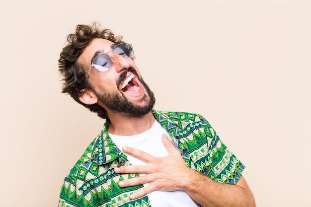 Giovane uomo barbuto freddo che ride