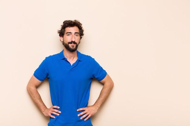 Giovane uomo barbuto freddo soddisfatto espressione