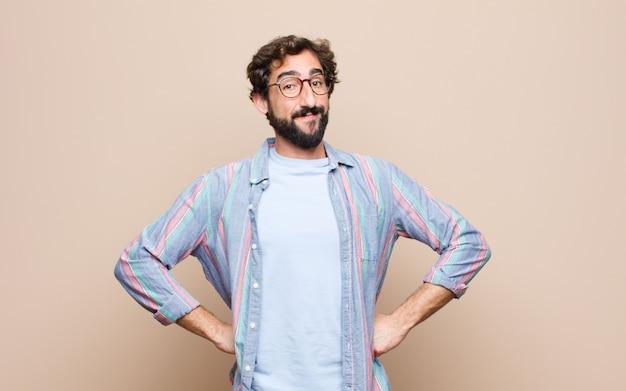 Giovane uomo barbuto sulla parete piana