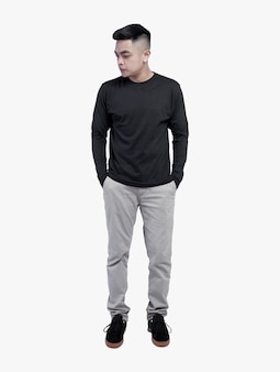 Giovane uomo bello che indossa la maglietta nera a maniche lunghe in posa sullo spazio bianco