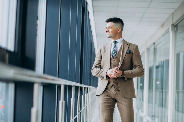 Giovane uomo bello da solo in ufficio