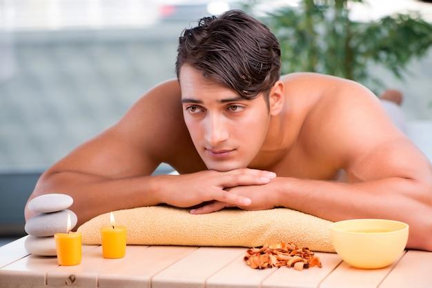 Giovane uomo bello durante la procedura della stazione termale