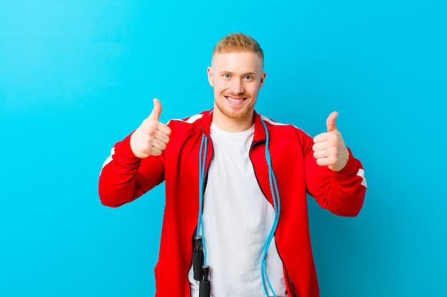 Giovane uomo biondo che indossa abiti sportivi