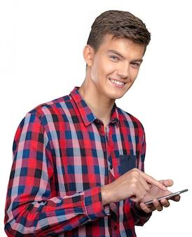 Giovane uomo casuale che manda un sms su questo smartphone