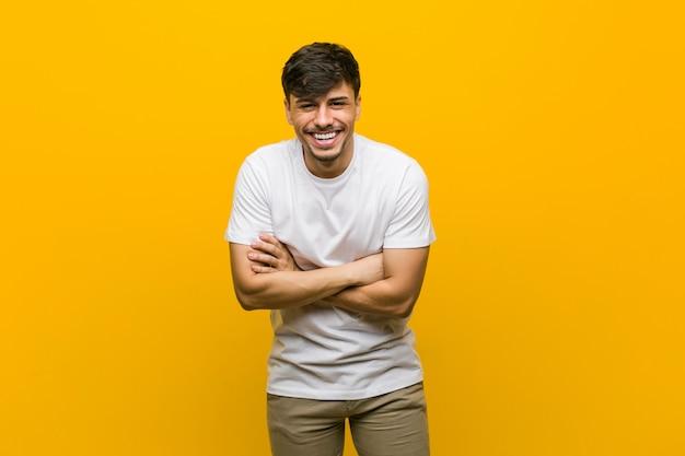 Giovane uomo casuale ispanico che ride e che si diverte.