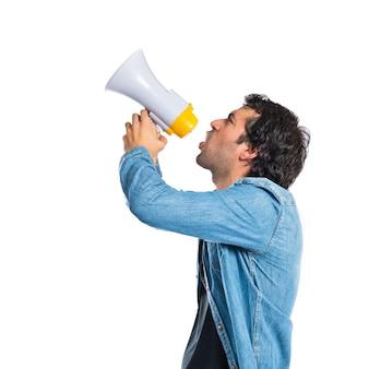 Giovane uomo che grida su sfondo bianco isolato
