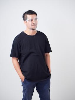 Giovane uomo che indossa la visiera
