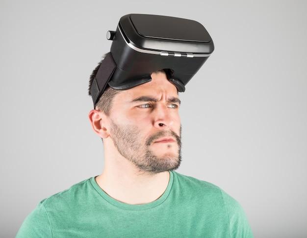Giovane uomo che indossa occhiali per realtà virtuale isolati