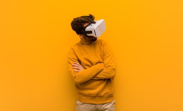 Giovane uomo che indossa un occhiali per realtà virtuale