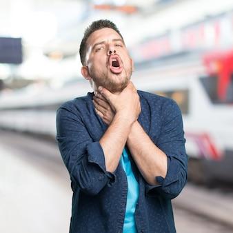 Giovane uomo che indossa un vestito blu. ottenuto gola.
