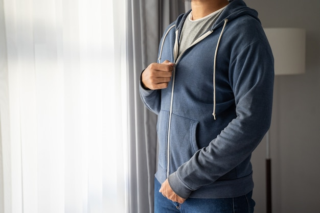 Giovane uomo che indossa una giacca