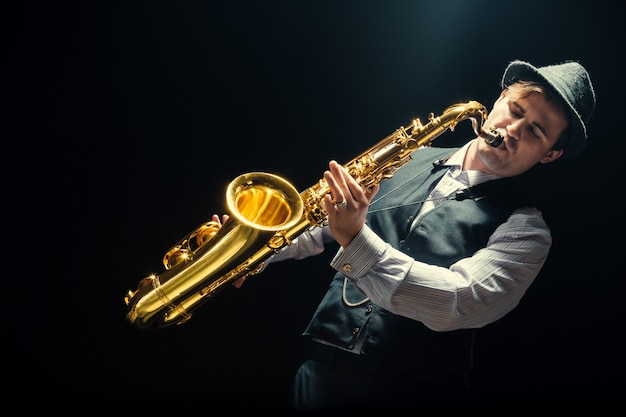 Giovane uomo che suona il sassofono