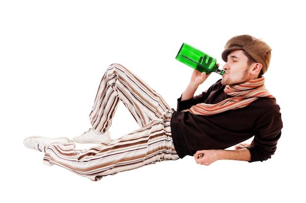 Giovane uomo con bottiglia verde