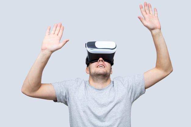 Giovane uomo con l'auricolare vr, sperimentando la realtà virtuale