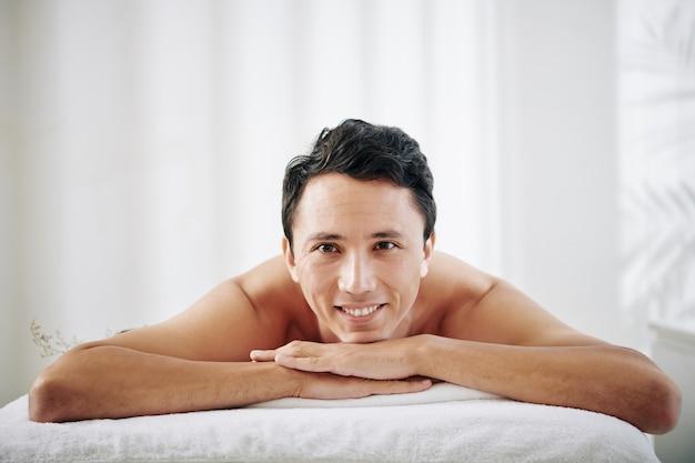 Giovane uomo con spa day