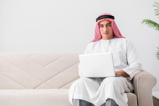 Giovane uomo d'affari arabo nel concetto di affari