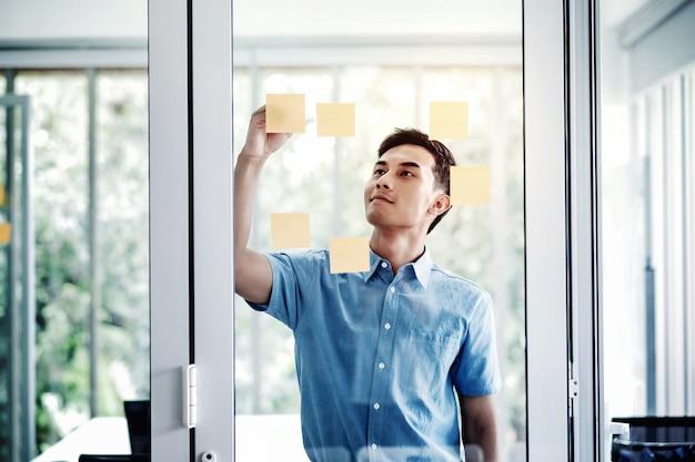 Giovane uomo d'affari asiatico che lavora nella sala riunioni dell'ufficio