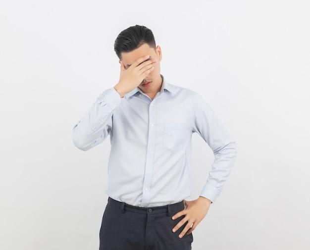 Giovane uomo d'affari asiatico infelice e frustrato con qualcosa