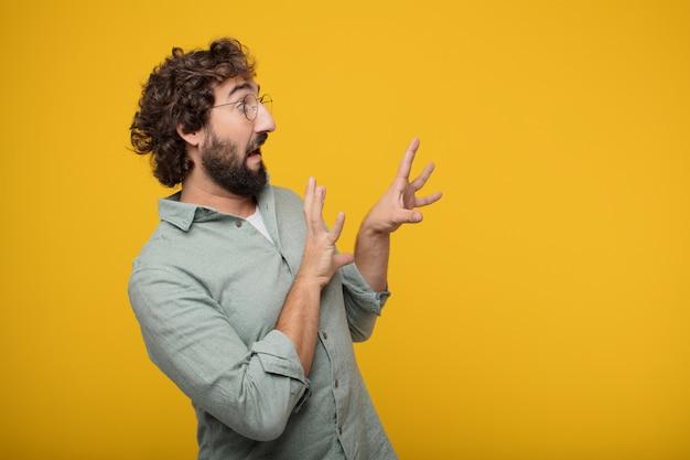 Giovane uomo d'affari barbuto che esprime un concetto