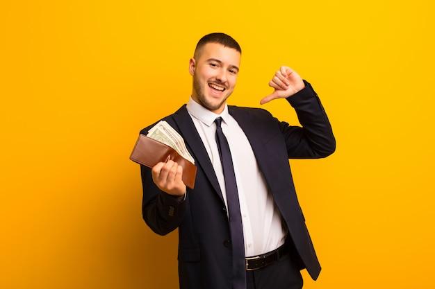 Giovane uomo d'affari bello contro il concetto piano dei soldi del fondo