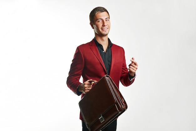 Giovane uomo d'affari bello in abito rosso