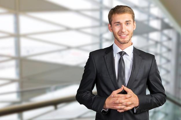 Giovane uomo d'affari bello sorridente