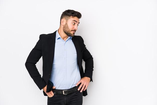 Giovane uomo d'affari caucasico pensando e facendo una scelta.