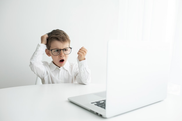 Giovane uomo d'affari che lavora con il computer portatile all'ufficio