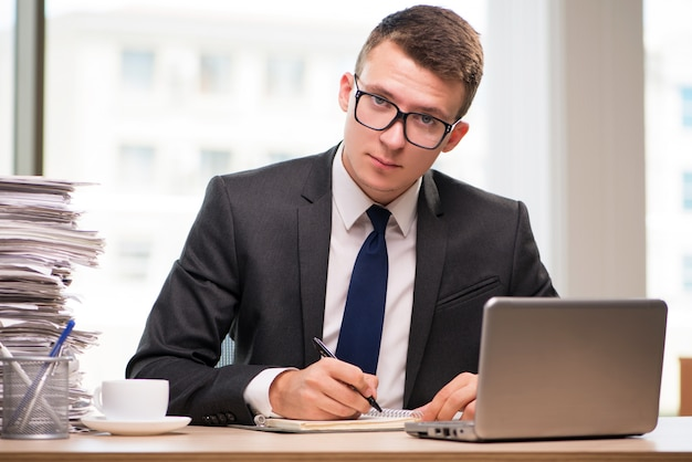 Giovane uomo d'affari che lavora in ufficio