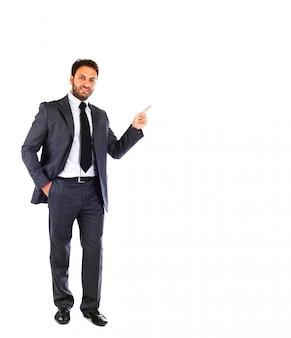 Giovane uomo d'affari che punta su sfondo bianco