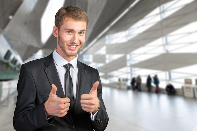 Giovane uomo d'affari che sorride e che dà bene
