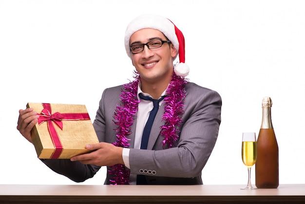 Giovane uomo d'affari festeggia il natale in ufficio