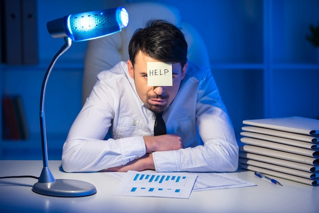 Giovane uomo d'affari frustrato nel suo ufficio.