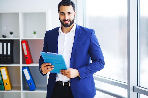 Giovane uomo d'affari in ufficio che lavora al computer
